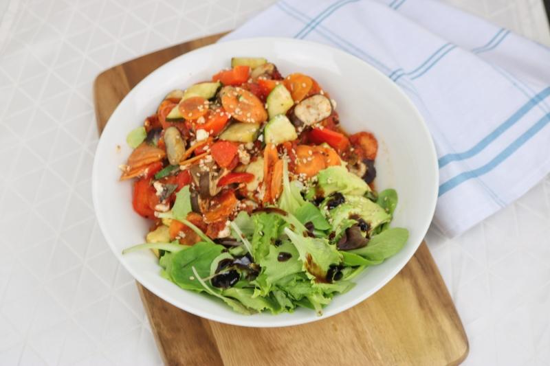 Gemüseauflauf mit Parmesan und Avocadosalat