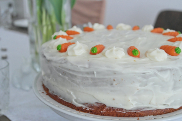 Carrot Cake mit Vanille-Frischkäsefrosting