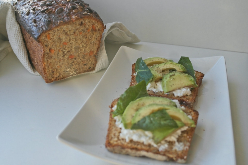 Karotten-Walnuss Brot mit Avocado