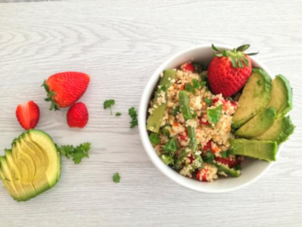 Couscoussalat mit grünem Spargel und Erdbeeren