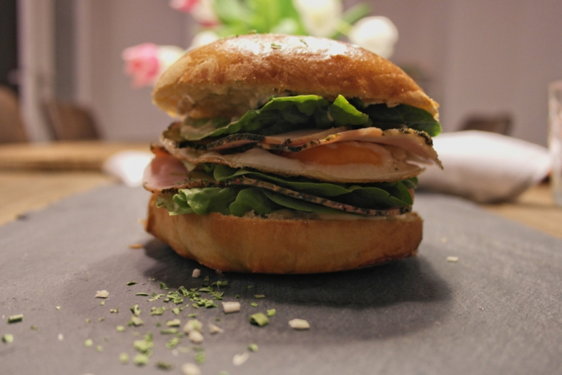 Homemade Burger mit Schinkenbraten und Spiegelei
