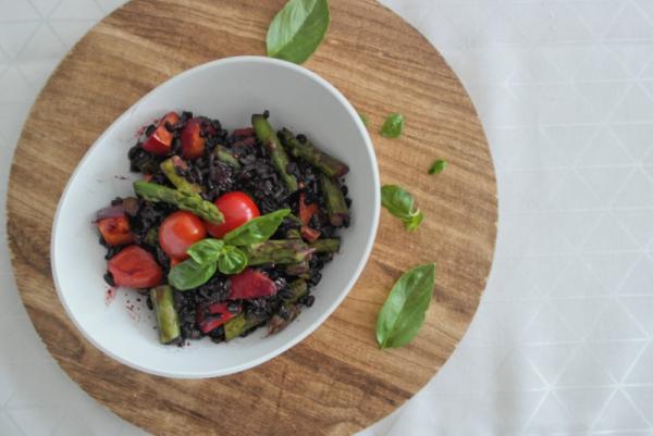 Schwarzer Reissalat mit grünem Spargel