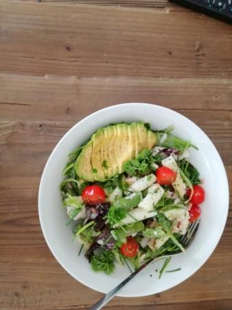 Frühlingssalat mit Spargel und Avocado