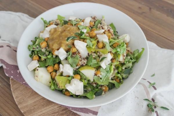 Quinoa-Salat mit gerösteten Kichererbsen, Birne und Ziegenkäse