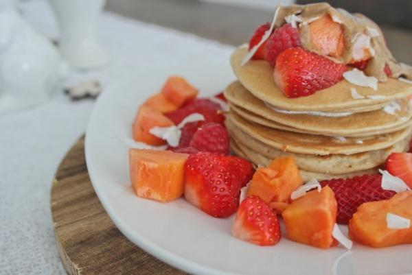Kokos-Pancakes_mit Sommerfrüchten (21)_lzn