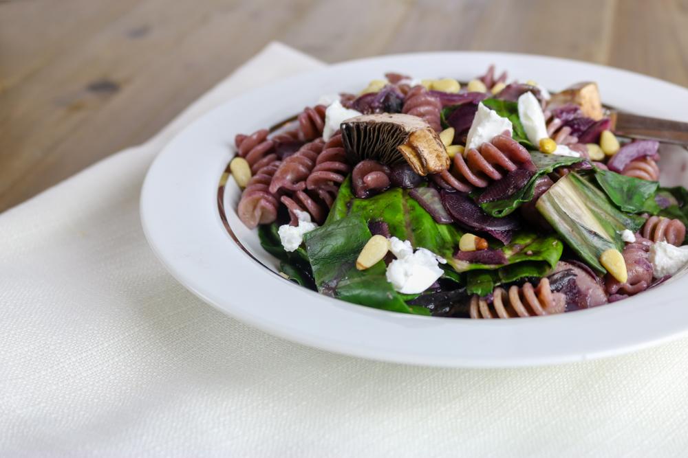 Pasta mit Mangold, Pilzen, schwarzer Karotte und Ziegenkäse – #Veggiedienstag