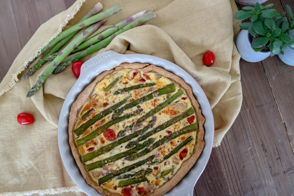 Vegetarische Quiche mit grünem Spargel