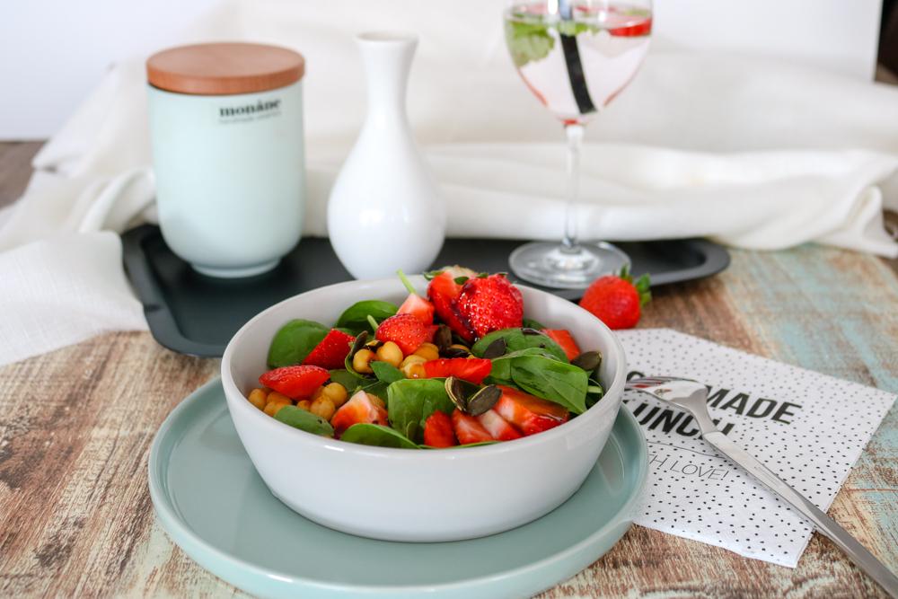 Sommerrezepte – Blattspinat-Salat mit Erdbeeren und gerösteten Kichererbsen