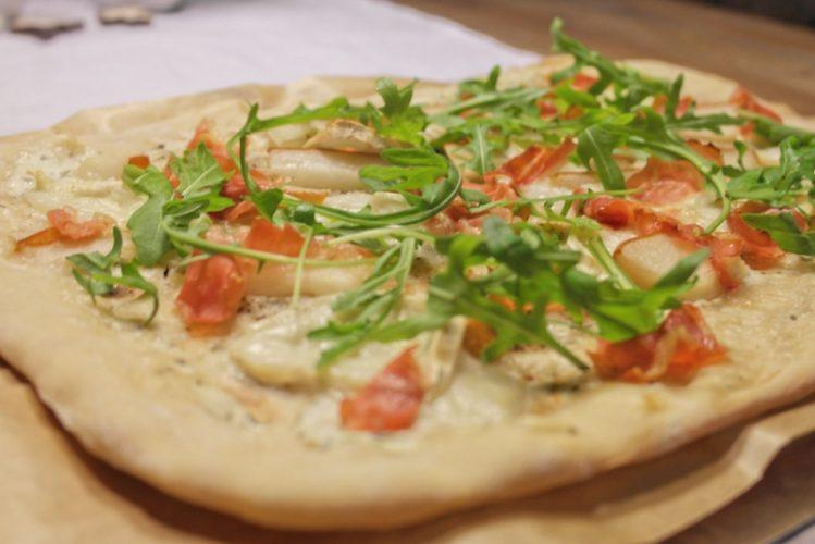 Pizza mit Ziegenkäse, Birne und Serrano-Schinken