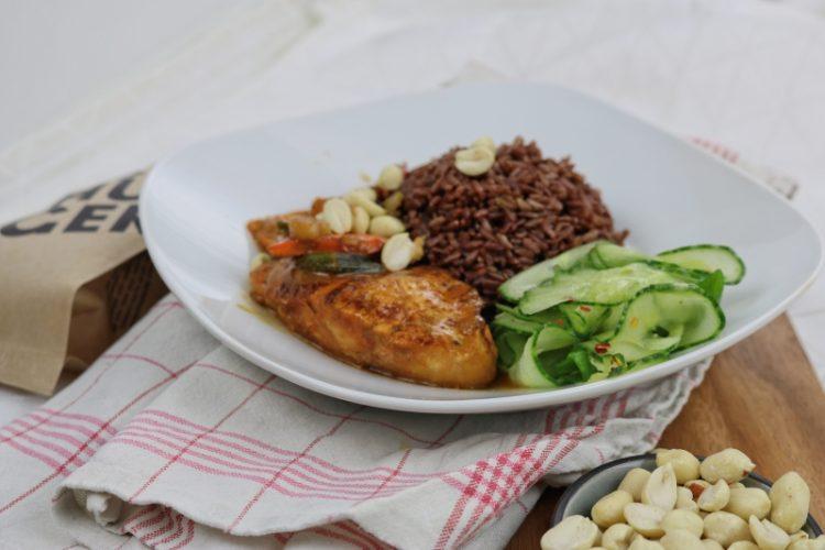 Erdnuss-Hähnchen mit rotem Reis und Chili-Gurken