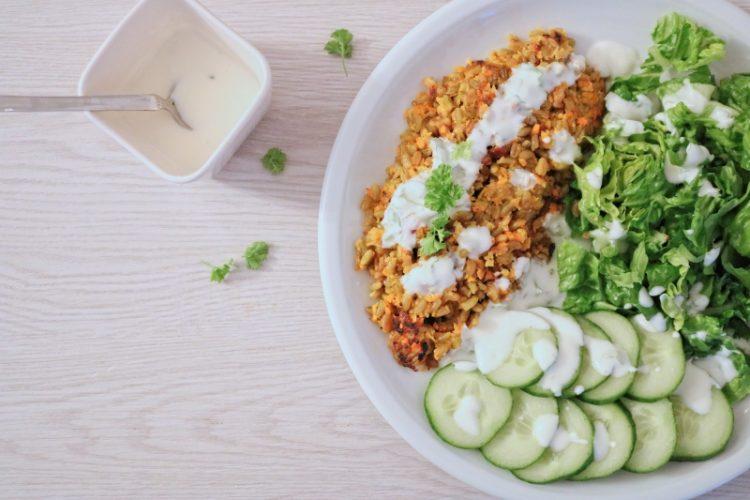 Grünkern-Kurkuma Bratling mit grünem Salat